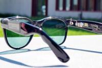 无敌太阳眼镜:边晒太阳边给移动设备充电