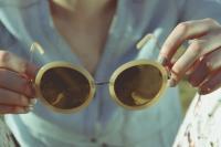 戴变色眼镜可能诱发白内障?别闹!